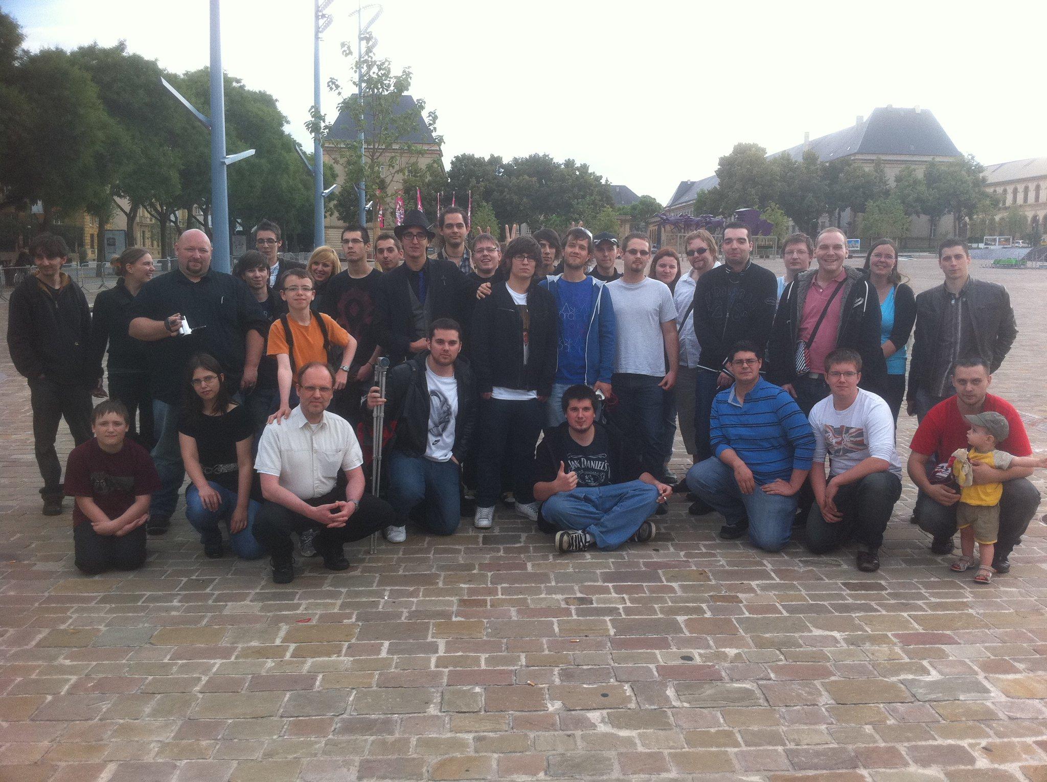 Photo de groupe de l'IRL de Mamytwink. A noter qu'il manque quelques fans ^^