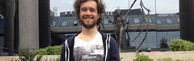 Photo souvenir devant la statue de Kerrigan dans les locaux de Blizzard Europe
