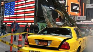 Hurlesang éventre un taxi à Times Square