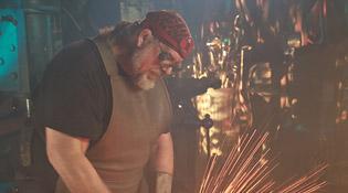 Tony Swatton fabrique des armes pour le cinéma