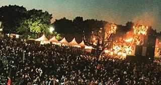 La festival éclairé par de nombreux braséros la nuit