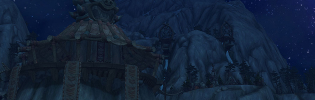 Haut-Roc et sa capitale Totem-du-Tonnerre de nuit