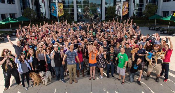 toute l'equipe des developpeurs de world of warcraft sur une photo