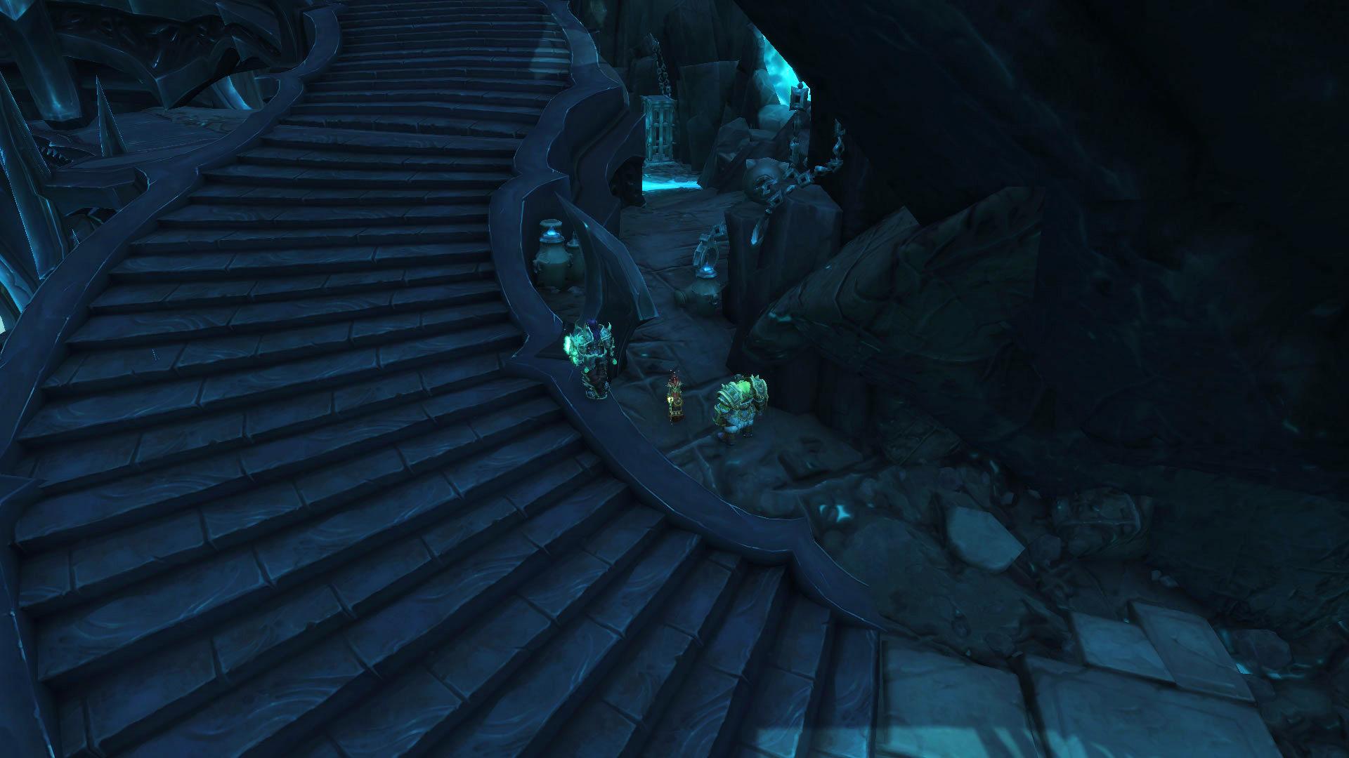 Passez derrière l'escalier pour atteindre la cage