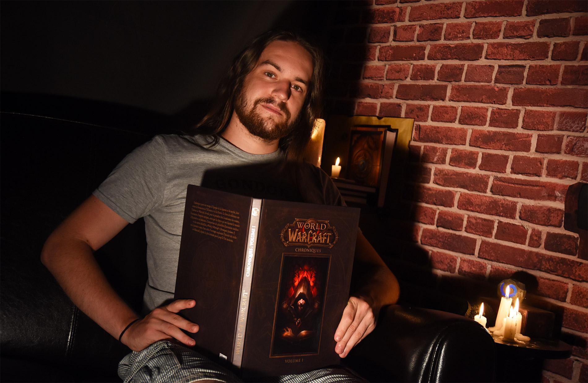 Zecharia en pleine lecture de Warcraft Chroniques